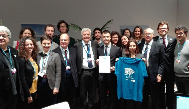 The Italian Youth Delegation to COP21 assisting the signing ceremony.